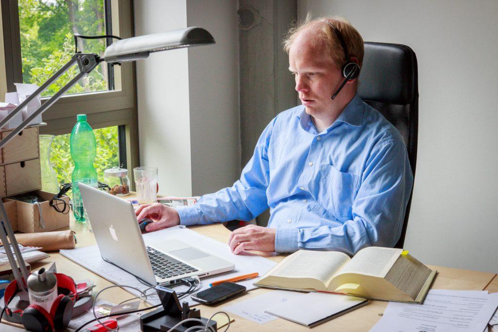 Matthias Bergmann am Schreibtisch