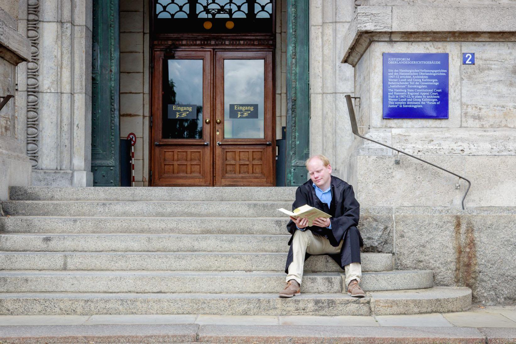 Matthias Bergmann vorm Oberlandesgericht