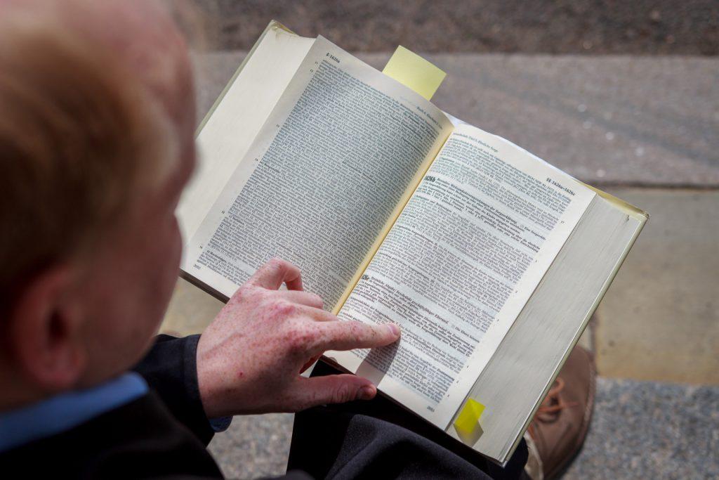 Matthias liest im Gesetzbuch