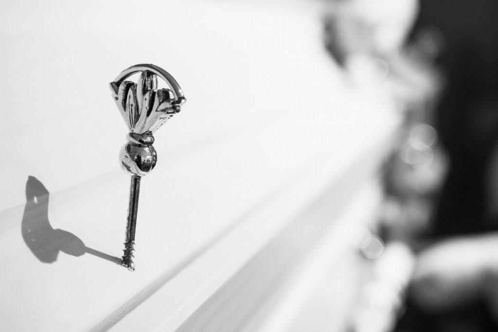 Detailansicht Sargnagel an weißem Sarg