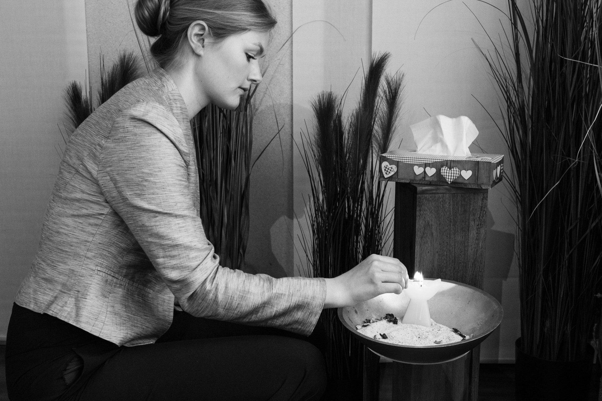 Johanna zündet eine Kerze an