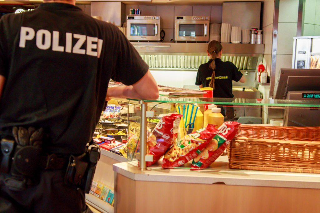 Polizist bestellt Burger