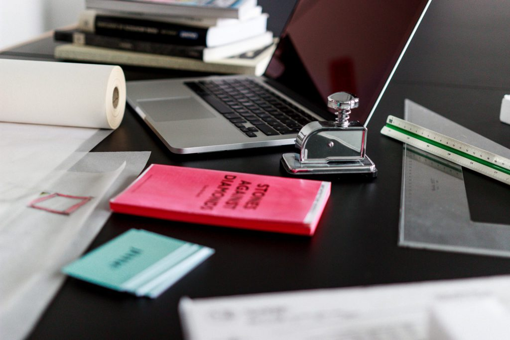 Vollgepackter Schreibtisch