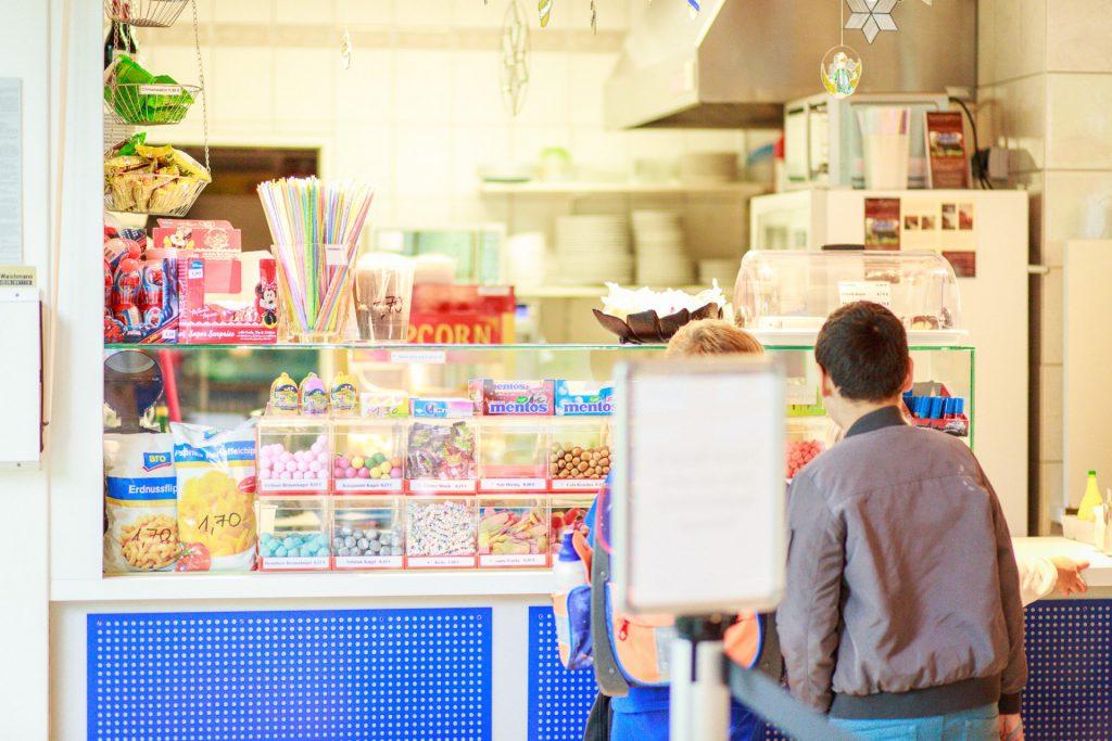 Kinder am Kiosk
