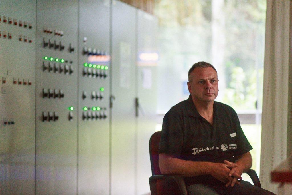 Rainer Kettner in der Schaltzentrale des Schwimmbads