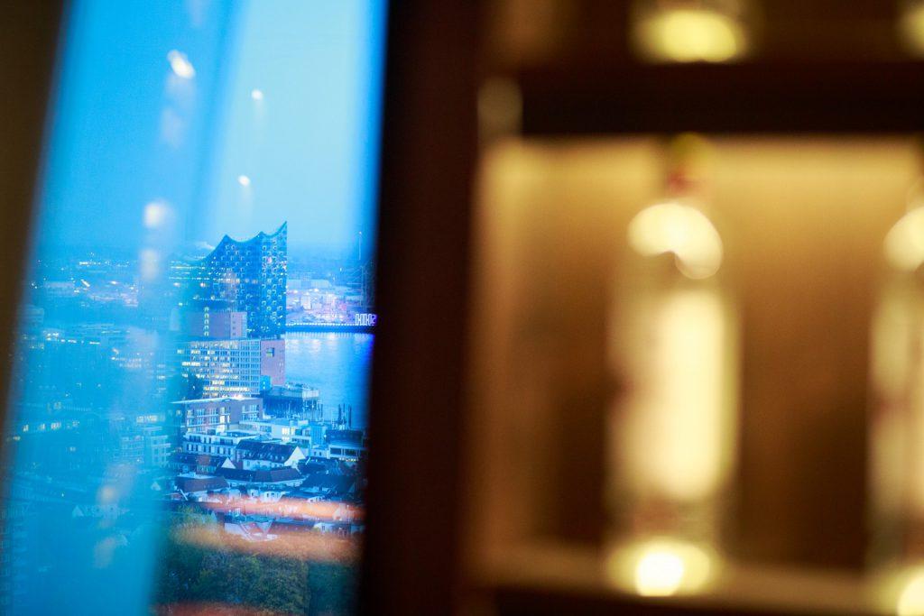 40 Stunden - Elbphilharmonie-Ausblick und Regal mit Flaschen