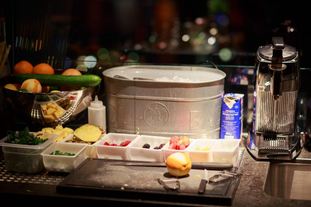 40 Stunden - Frisches Obst steht bereit für Drinks