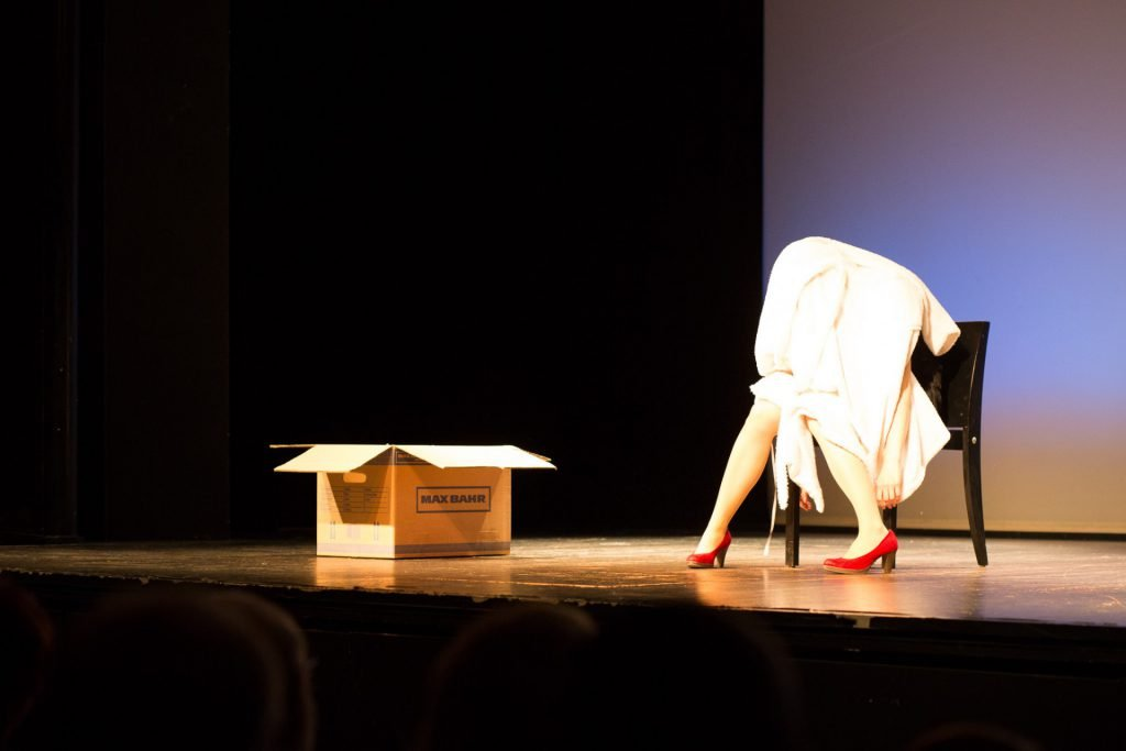 40 Stunden - Anne-Katrin auf der Bühne unterm Bademantel