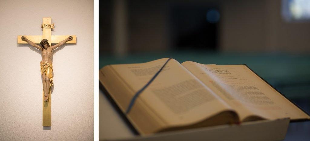 Kollage - Jesus am Kreuz und aufgeschlagene Bibel