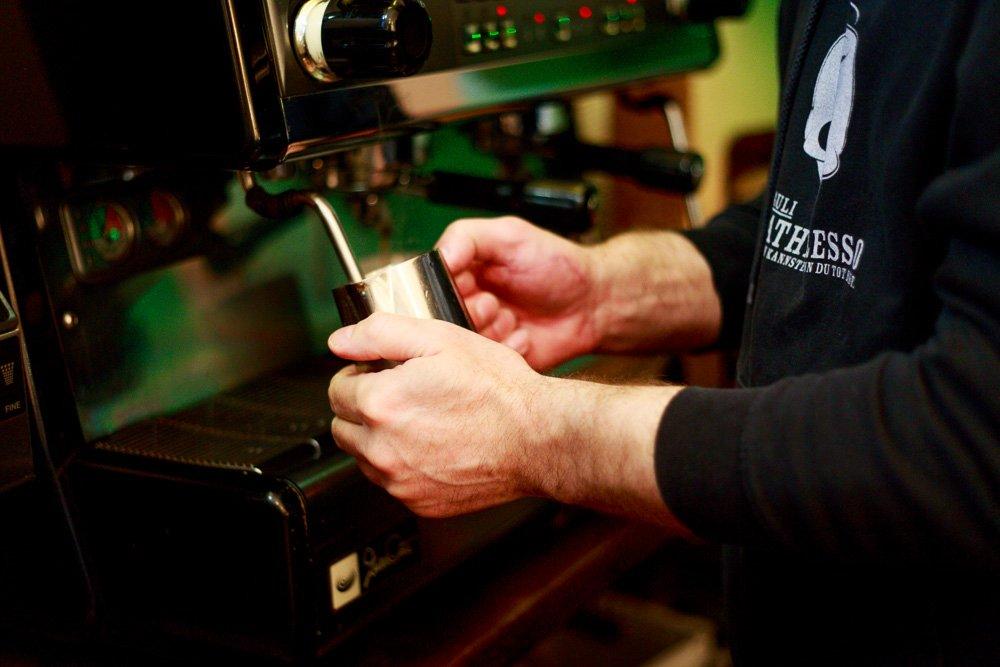 40 Stunden - Haack bereitet Kaffee zu