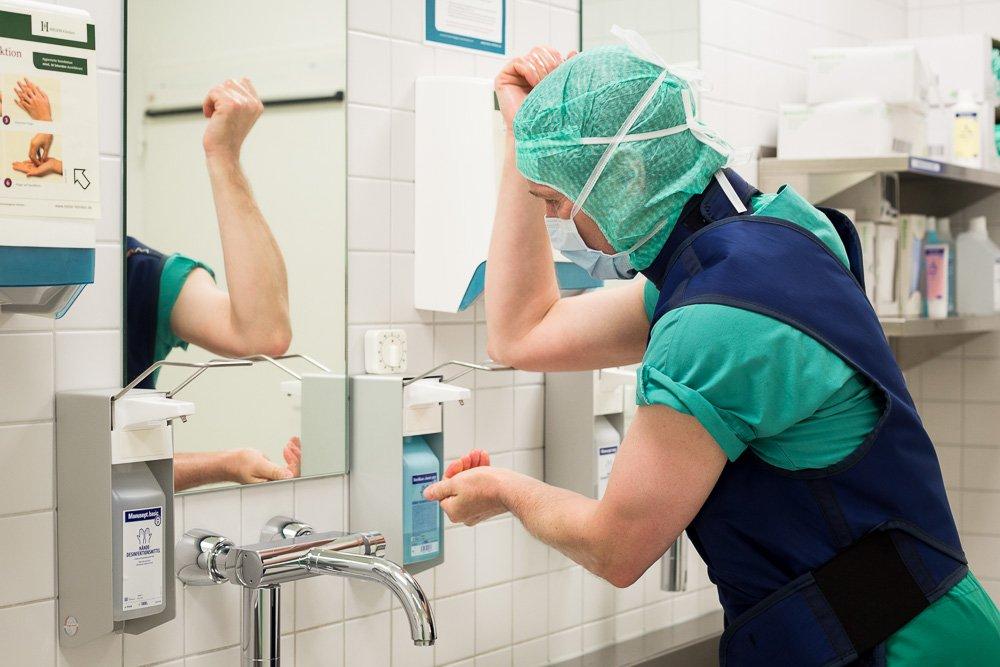 40 Stunden - Hempelmann wäscht sich die Hände