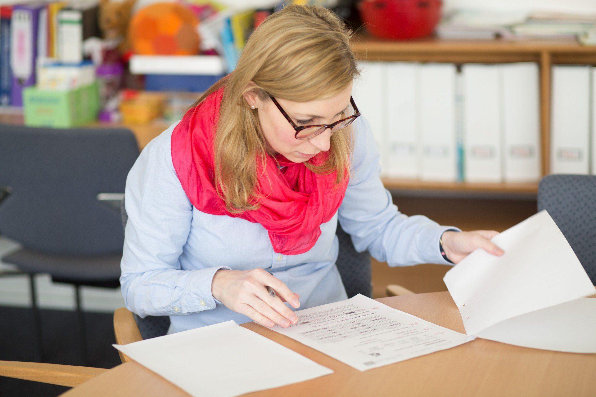 Lehrerin kontrolliert Klassenarbeit