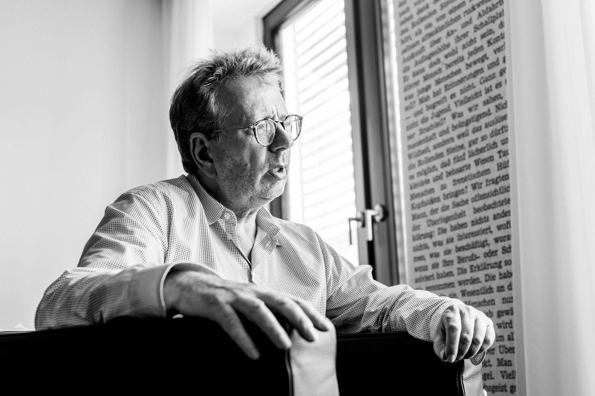 Journalist_CordtSchnibben sitz am Fenster