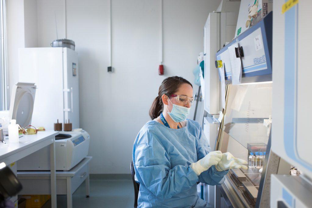 hiv forscherin bereitet sich auf die Arbeit vor