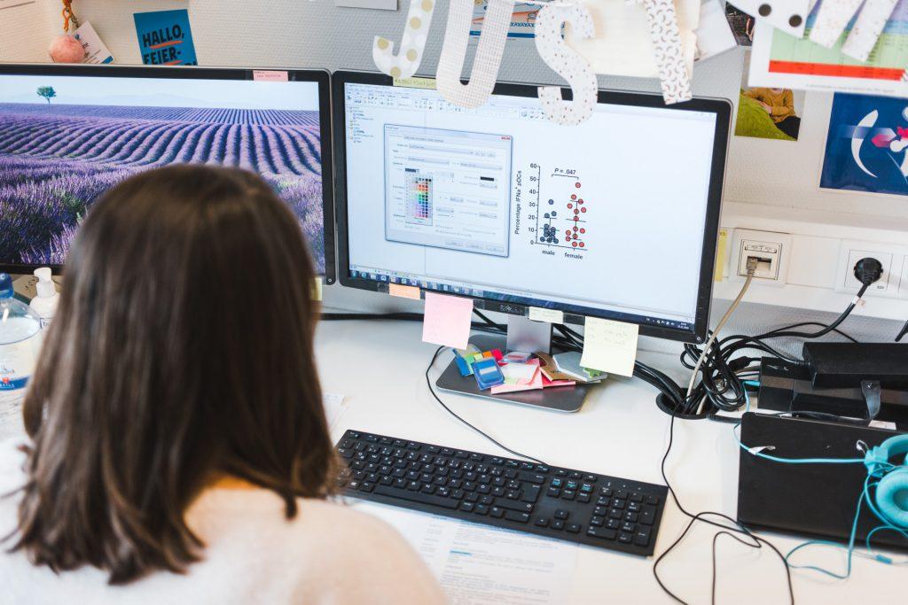 hiv Forscherin sitzt am PC und wertet Daten aus | 40Stunden