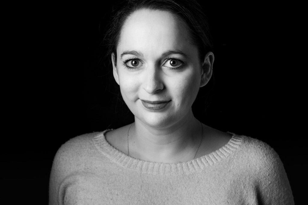 Schwarzweiß-Portrait der HIV-Forscherin