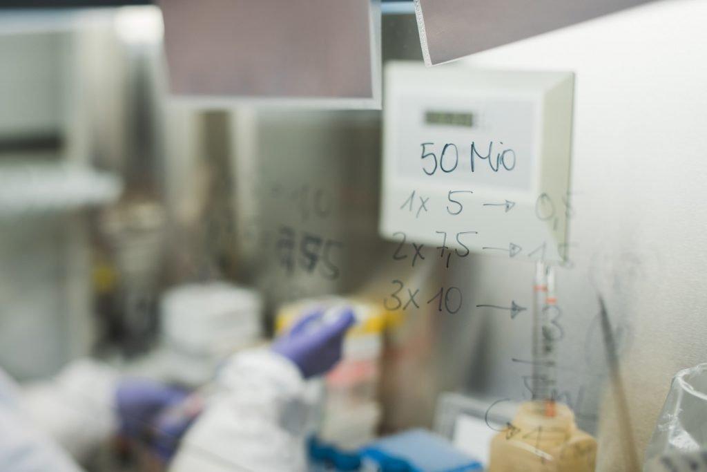HIV Forscherin Nahaufnahme Glas | 40Stunden