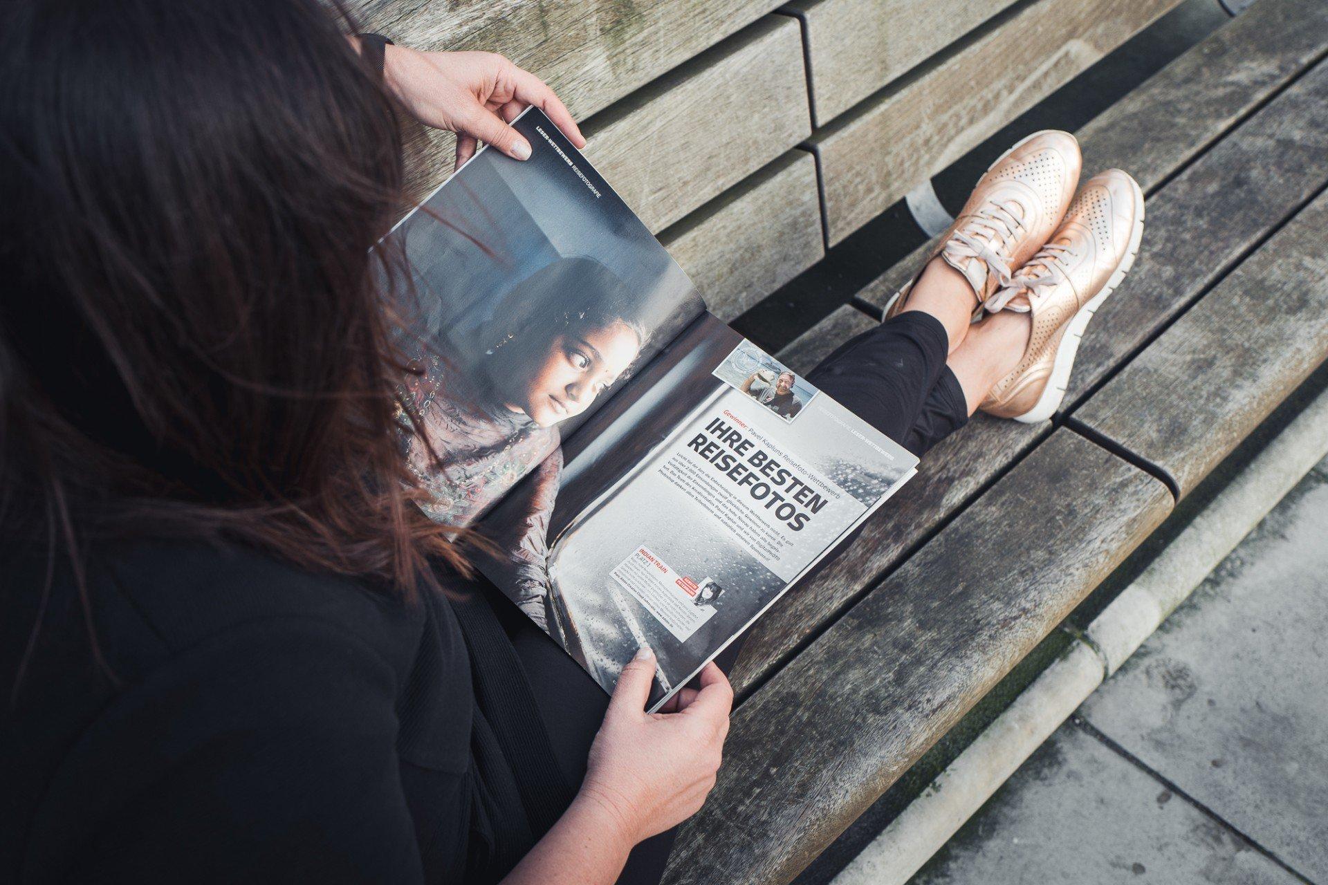 Fotografin Kerstin Petermann blättern im Magazin