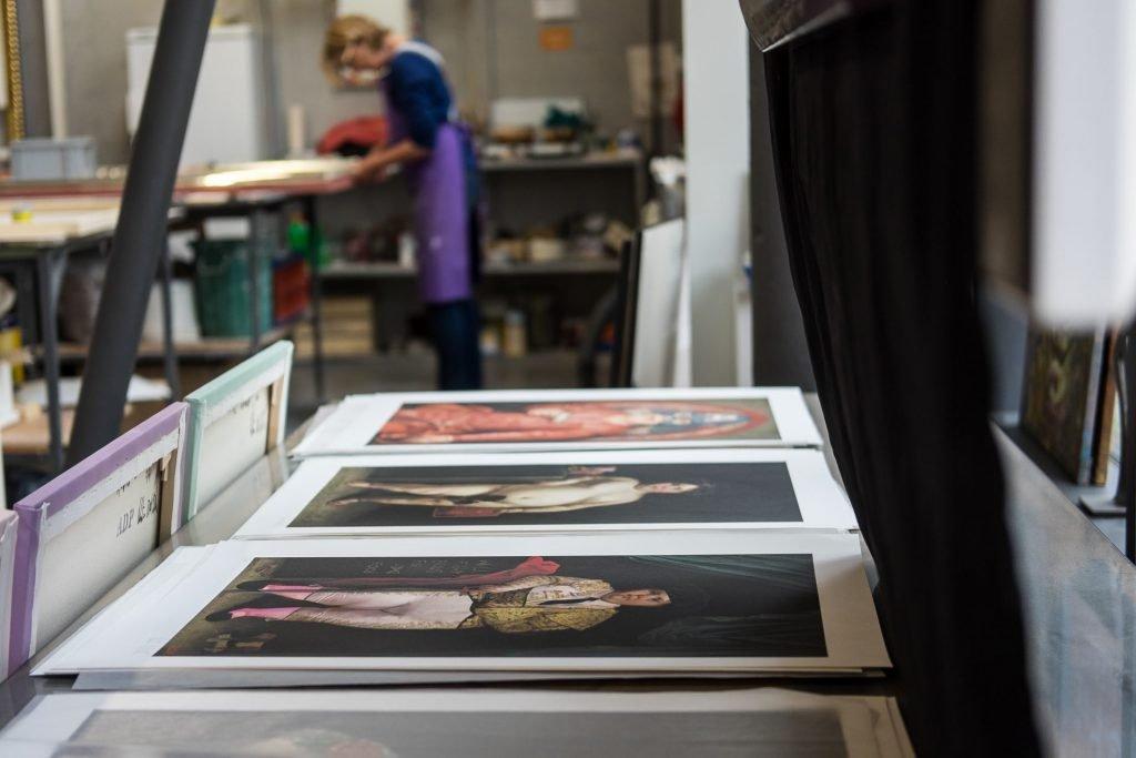Print-Bilder in der Werkstatt liegend