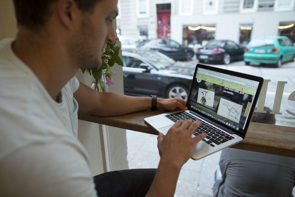 Markus Deibler arbeitet am Laptop