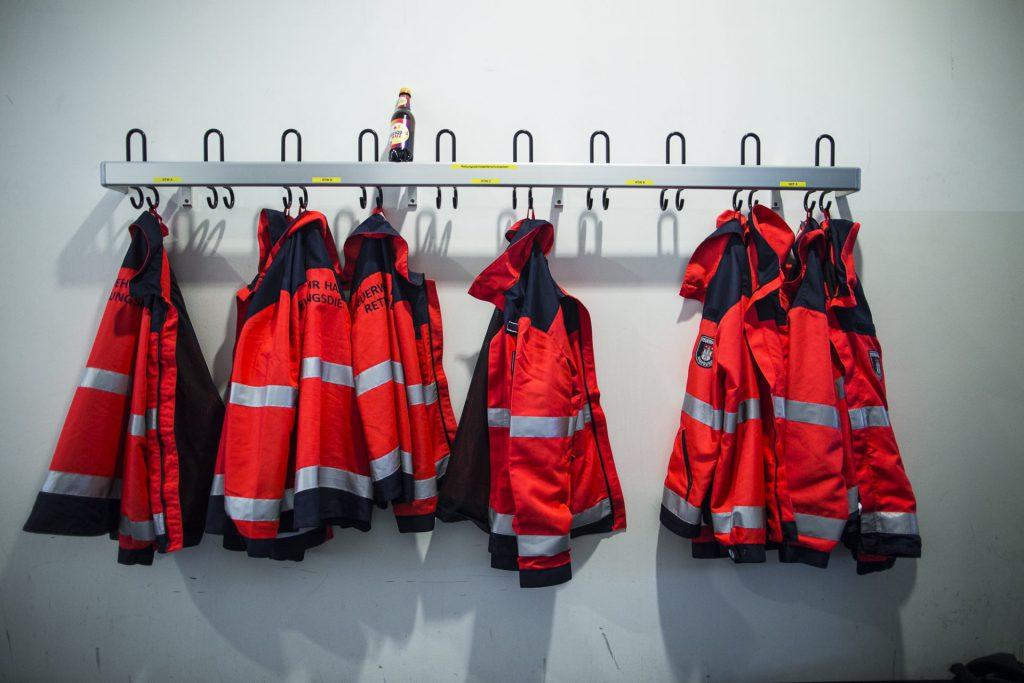 Rettungsjacken an der Garderobe