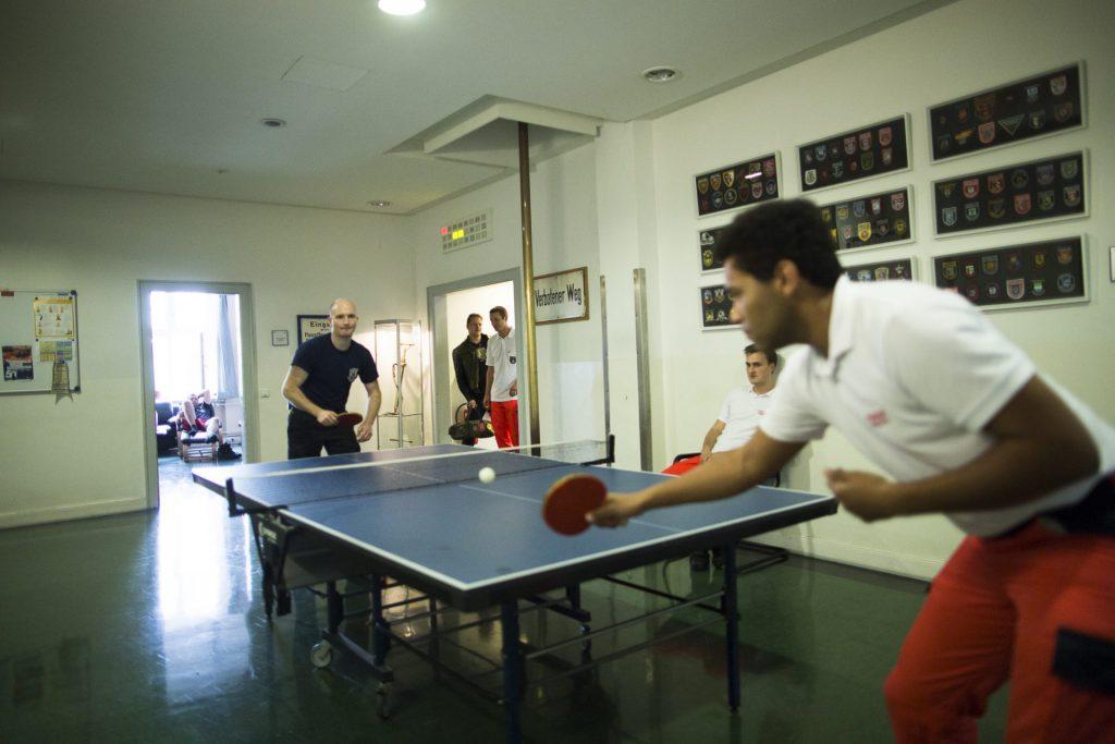 Feuerwehrmänner beim Tischtennisspielen