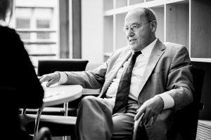 Gregor Gysi im Interview entspannt sitzend_40Stunden