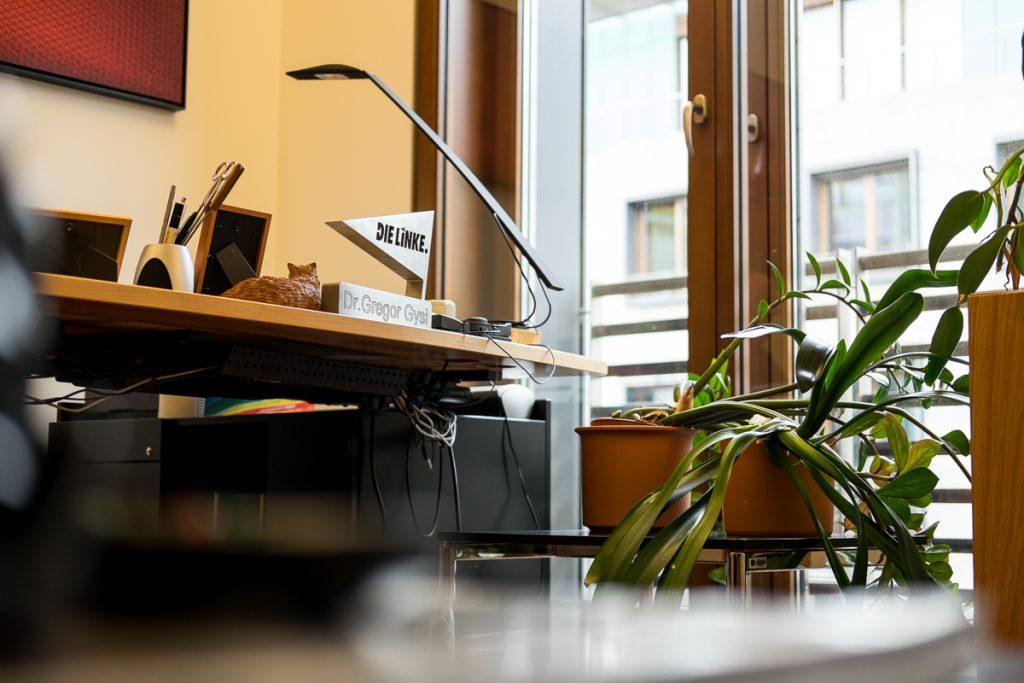 Schreibtisch von Gregor Gysi mit Namensschild und Die Linke Schild _40Stunden