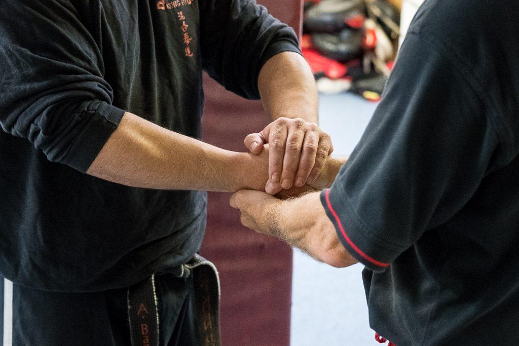 Offizielle Begrüßung zwischen dem Sifu und den Schülern mit beiden Händen_40Stunden