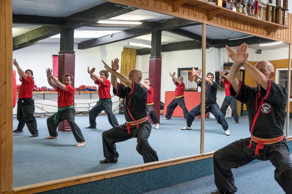 Kung Fu Gemeinschaftsübung im Studio vor einem Spiegel_40Stunden