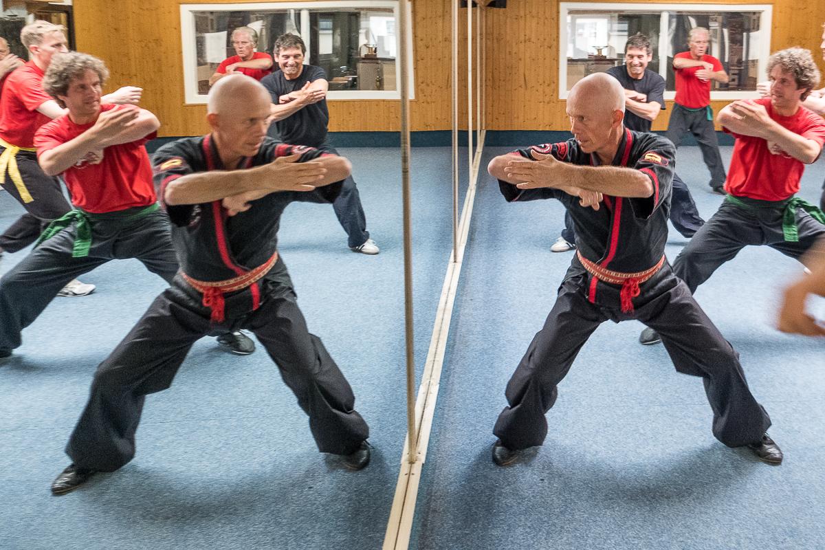 Christian Wulf mit seinen Schülern beim Training vorm Spiegel_40Stunden