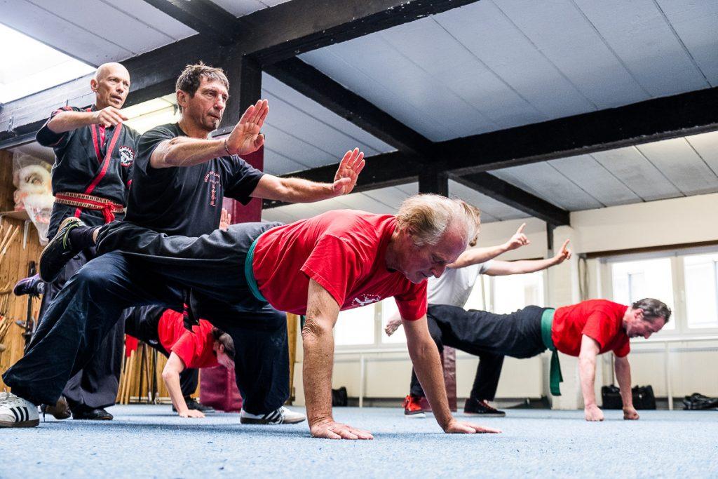 Kung Fu Meister gibt Hilfestellung bei einer Partnerübung_40Stunden