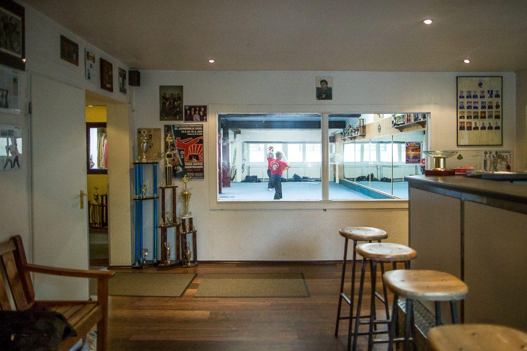 Aufnahme des Studios im Vorraum mit Tresen und Fensterscheibe zum Trainingsraum_40Stunden