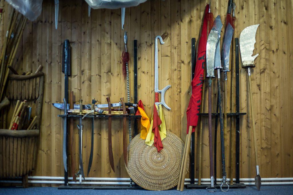 Traditionelle Kung Fu Waffen im Waffenständer_40Stunden