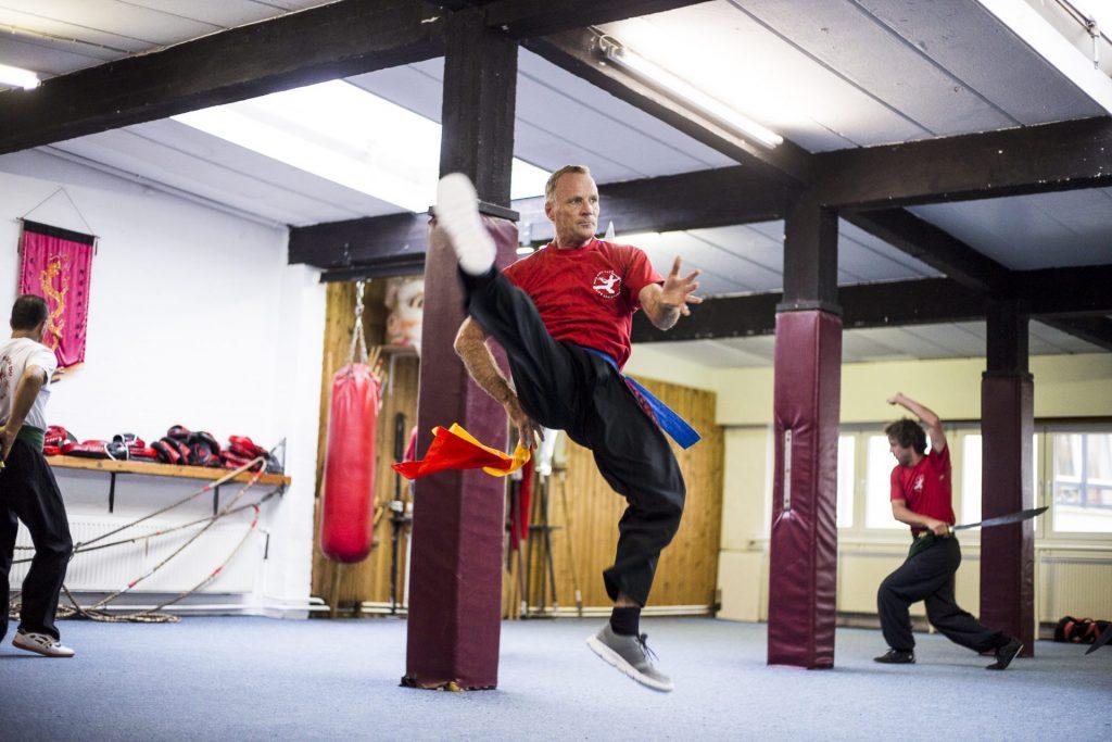 Kung Fu Schüler im Sprung_40Stunden