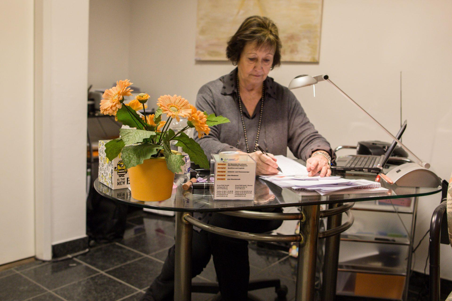Petra Brenner an Ihrem Schreibtisch_40Stunden
