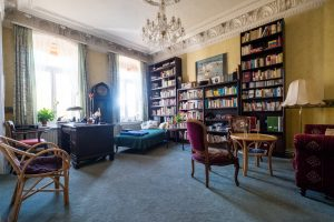 Das Beratungszimmer der Philosophin mit großem Bücherregal.
