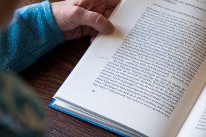 Die Philosophin liest in einem Buch.