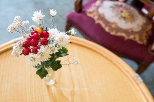 Eine Blume steht auf einem Tisch.