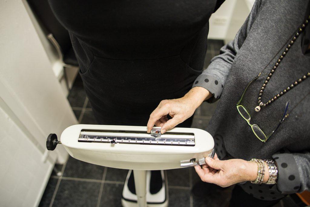 Frau Brenner berechnet das Gewicht einer Kundin_40Stunden