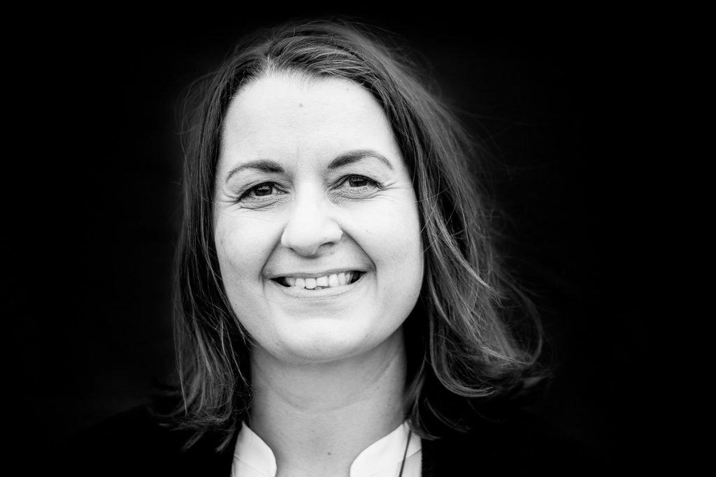 schwarz/weiß Portrait der Autorin Romy Fölck