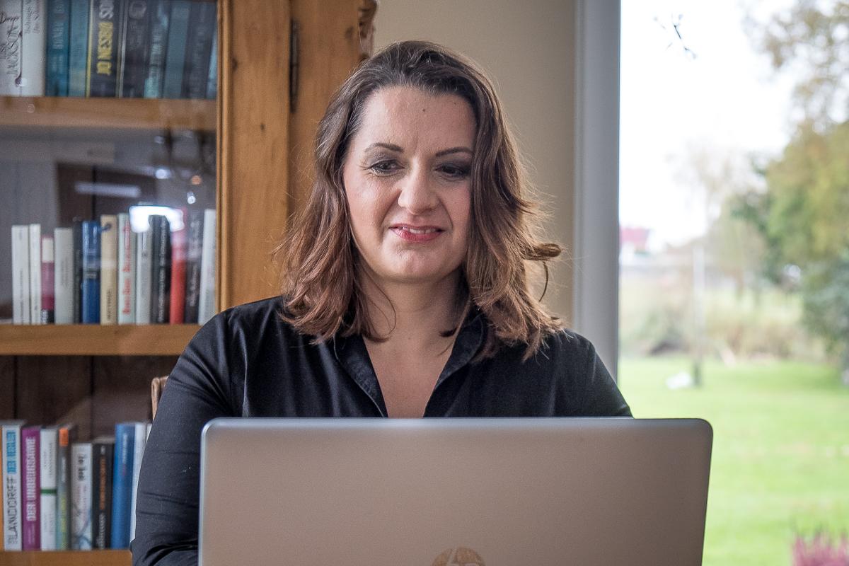 Die Autorin Romy Fölck an ihrem Laptop_40Stunden